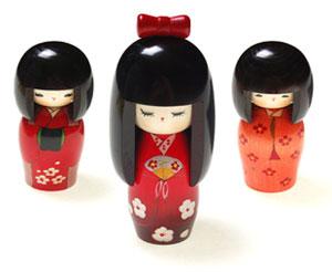 De tre NYE Kokeshi dukker