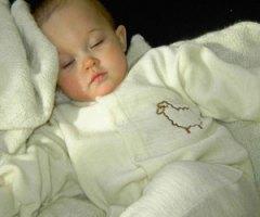 Katrine sover sødt i din fine uldnatdragt!